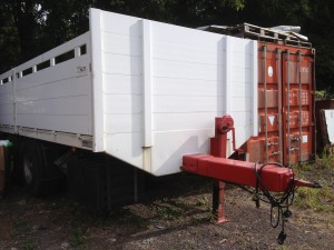 Grosser Lkw Anhänger mieten für Transport von Baustoffe Materialien und Baumaschinen günstig preiswert